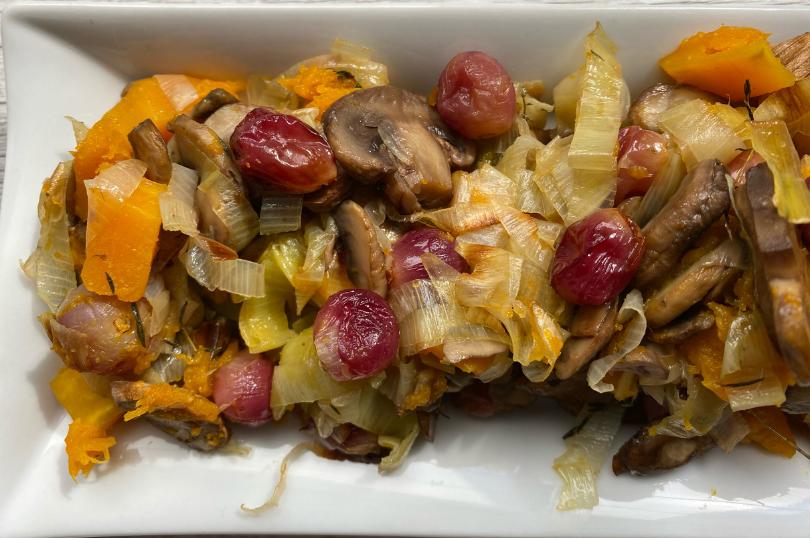 Gran mix salutare: zucca, funghi, porro e uva al forno