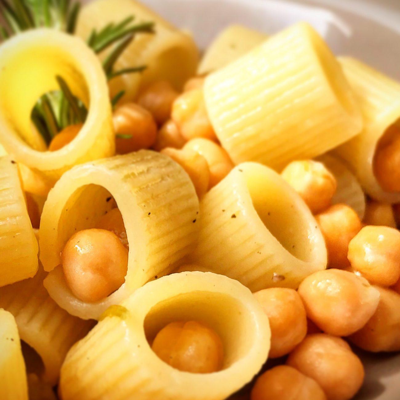 Pasta con ceci aromatizzati ai profumi dell'orto