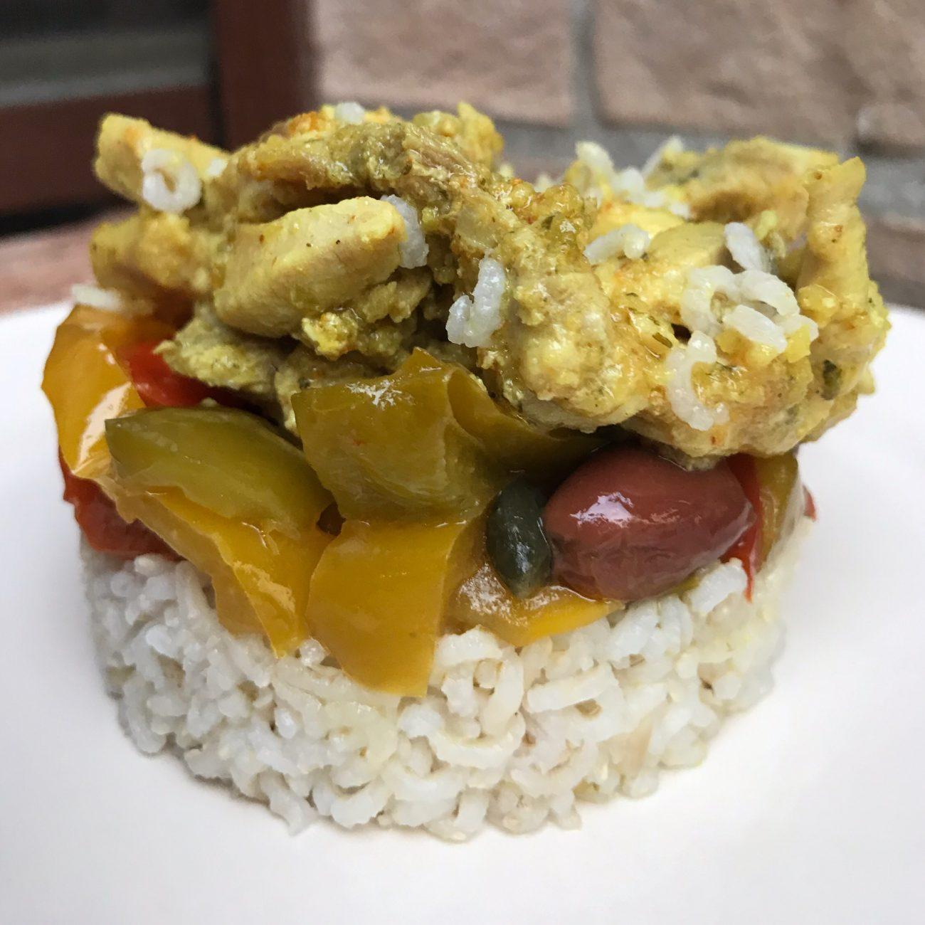Pollo, riso, curry e peperoni