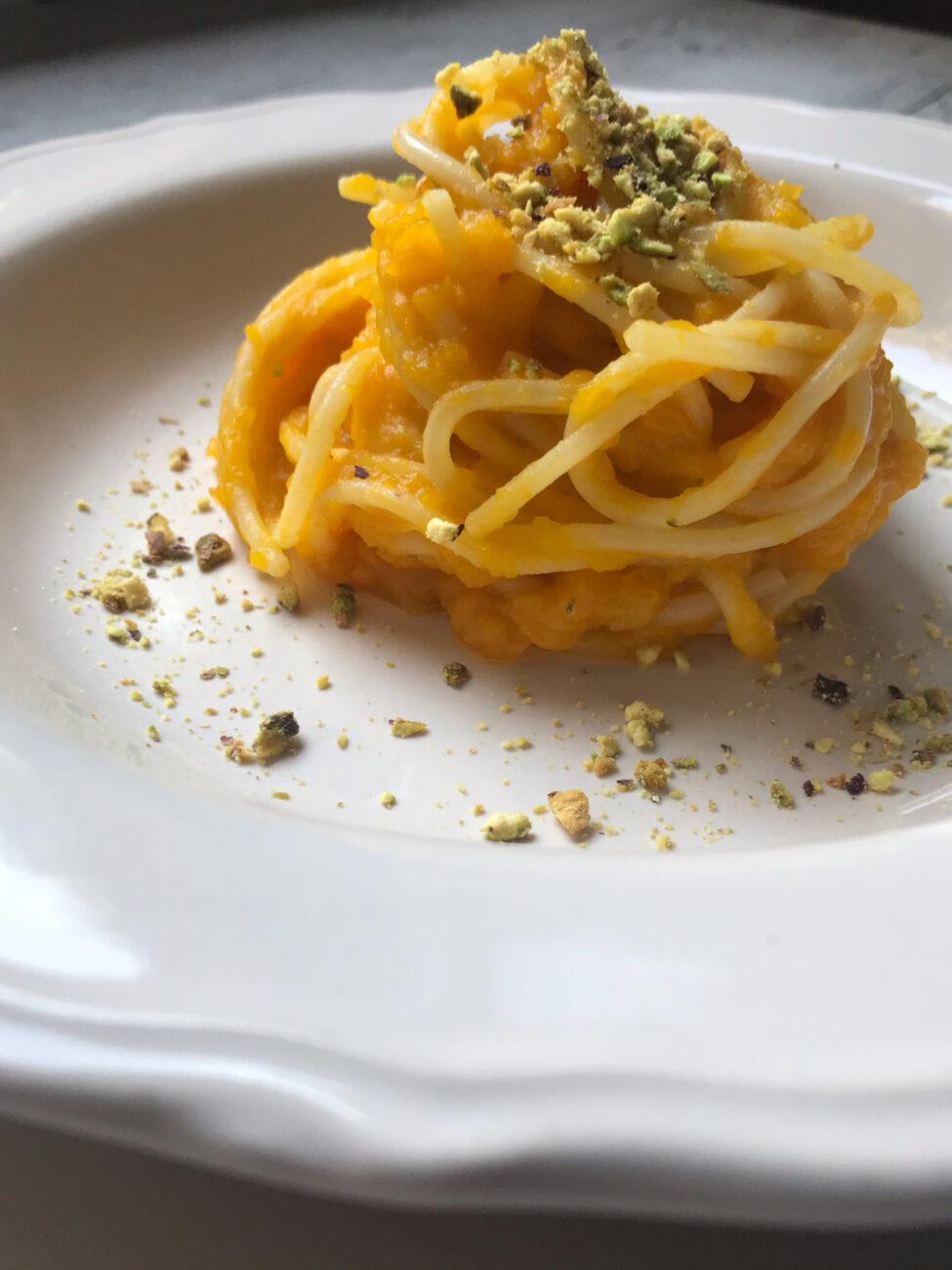 Spaghetti di mezzanotte con zucca e pistacchio