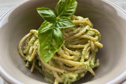 Disturbi gastrici: spaghetti integrali con pesto di zucchine