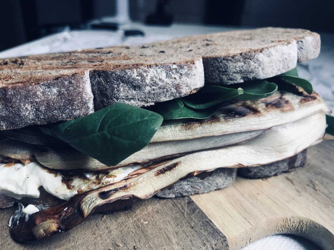 Sandwich di segale farcito al vegetale